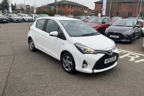 White Toyota Yaris Hybrid Icon 2015